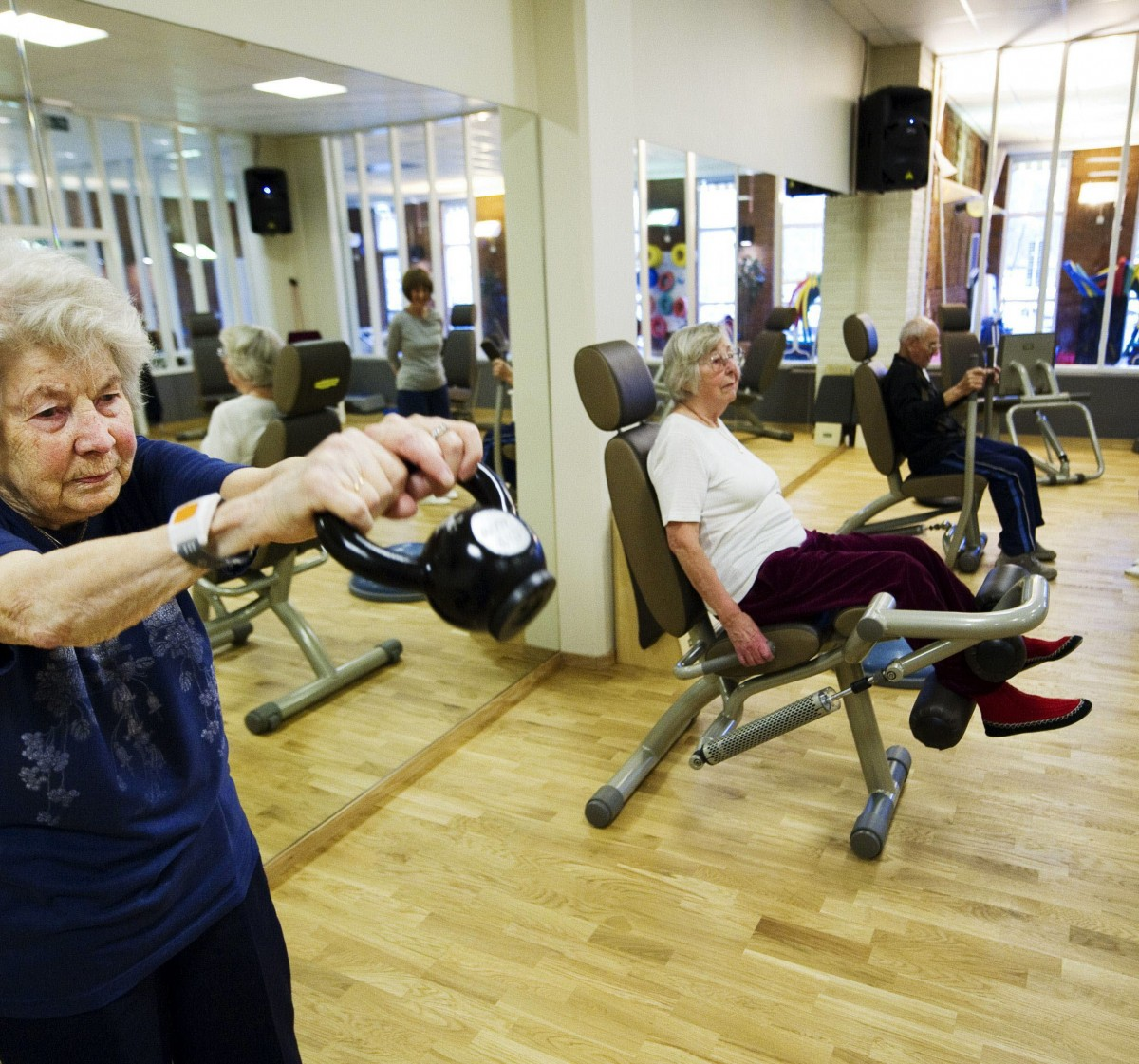 "TO GO WITH AFP STORY BY PIA OHLIN Swedish Margareta Nordin (L), 92, Alice Wettergren (2ndL), 92, and Per Olof Lalin, 97 work out during her weekly class with a group of Swedish pensioners, at the Sickla Haelsocenter health club on the outskirts of Stockholm on November 11, 2011. ""In the past people wanted to take life easy when they retired. Now they want to be active and keep fit until they're 100,"" says Kristoffer Sjoeberg, a personal trainer who leads the group of old-timers through their weekly class at the Sickla Haelsocenter health club on the outskirts of Stockholm.   AFP PHOTO/ JONATHAN NACKSTRAND  TELETIPOS_CORREO:HTH,HUMAN RIGHTS,%%%,%%%"